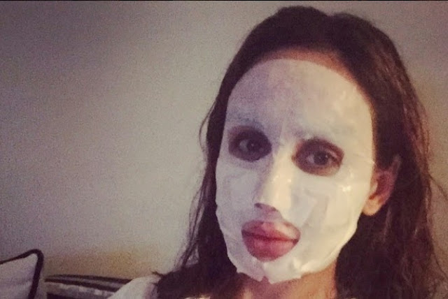 بالصور : فنانة مغربية مشهورة تزرع الرعب في معجبيها بقناع غريب..فمن تكون ؟!