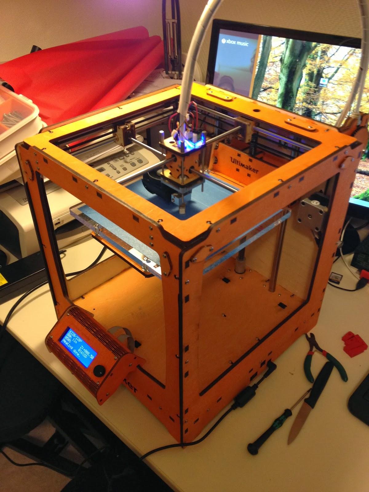 Impression 3d premier pas avec son imprimante equipe for Salon impression 3d