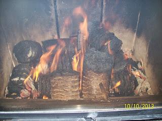 Holzbriketts - brykiet drzewny w kształcie walca w kominku