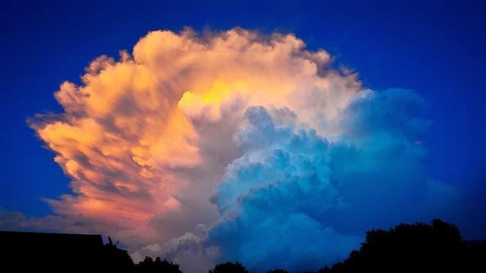 Foto Awan Cantik Cumulonimbus yang Mematikan Penerbangan
