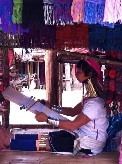 Bộ tộc phụ nữ đeo vòng làm cổ dài ở thái lan 1