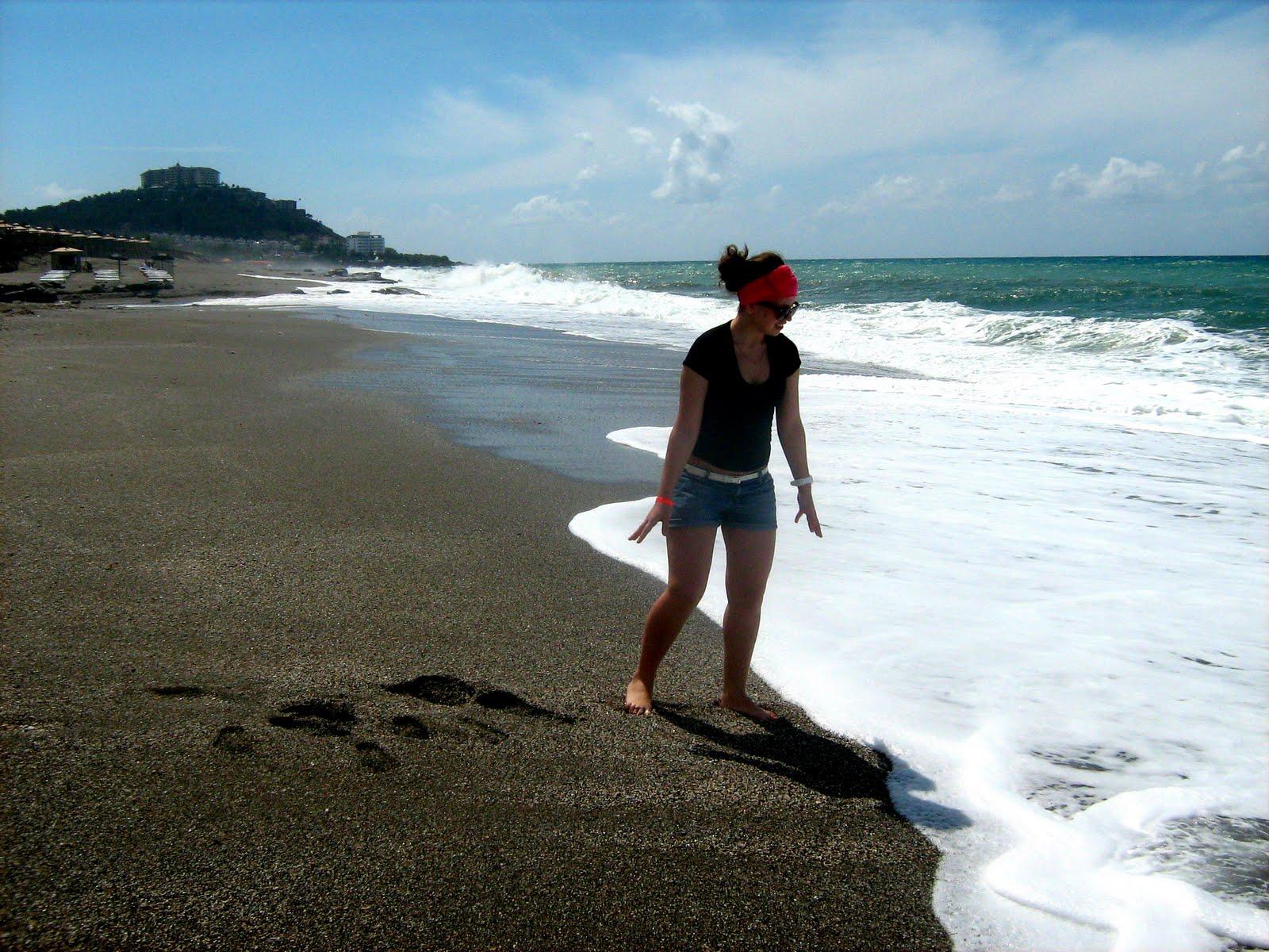 Полная брюнетка на пляже фото