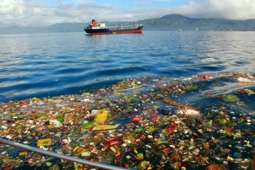 Sampah plastik yang dibuang di lautan bunaken