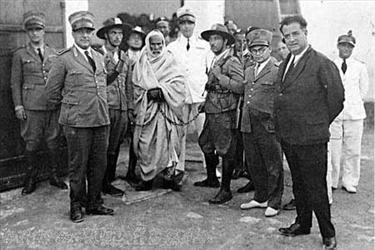 """توفي المجاهد محمد بو أمليحه الشلوفي، بمدينة """"المرج"""" ، الواقعة شرق ليبيا الليلة الماضية.  وكان """"الشلوفي"""" الذي توفي عن عمر يناهز 110 أعوام، أحد رفاق شيخ المجاهدين عمر المختار، وأحد رواة التاريخ الشفوي لحقبة الجهاد ضد الاستعمار الايطالي لليبيا، بحسب ما ذكرت وكالة الأنباء الليبية.  يُذكر أن عمر المختار كان من أبرز المجاهدين الليبيين ضد المستعمر الإيطالي وتم إعدامه من قبل سلطات الاحتلال في سبتمبر 1931.        من هو المجاهد عمر المختار ؟؟؟     عمر المختار (1862 – 1931) مجاهد ليبي حارب قوات الغزو الايطالية منذ دخولها أرض ليبيا إلى عام 1931. حارب الإيطاليين وهو يبلغ من العمر 53 عاما لأكثر من عشرين عاما في أكثر من ألف معركة و استشهد باعدامه شنقا و توفي عن عمر يناهز 73 عاما. لقب بشيخ الشهداء، وشيخ المجاهدين، وأسد الصحراء : حصد عمر المُختار إعجاب وتعاطف الكثير من الناس أثناء حياته، وأشخاص أكثر بعد إعدامه، فأخبار الشيخ الطاعن في السن الذي يُقاتل في سبيل بلاده ودينه استقطبت انتباه الكثير من المسلمين والعرب الذين كانوا يعانون من نير الاستعمار الأوروبي في حينها.     من أقوال المجاهد عمر المختار رحمه الله تعالى :     -- انني أؤمن بحقي في الحرية، وحق بلادي في الحياة، وهذا الايمان   اقوى من كل سلاح.     --  إن الظلم يجعل من المظلوم بطلا، وأما الجريمة فلابد من أن يرتجف   قلب صاحبها مهما حاول التظاهر بالكبرياء.     --  لما حكم القاضي على عمر بالإعدام شنقاً حتى الموت قهقه عمر بكل شجاعة قائلا الحكم حكم الله لا حكمكم المزيف  --  نحن لن نستسلم ، ننتصر أو نموت  !!!!"""