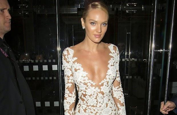 Candice Swanepoel apostou em um vestido super decotado e com transparência para ir à festa