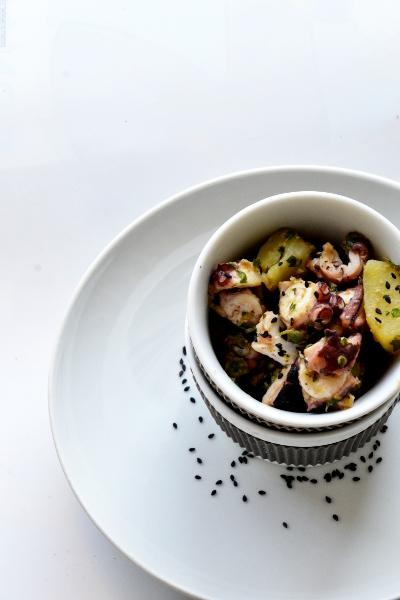 insalata di polpo, patate e sesamo nero