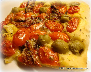 Pizza  senza formaggio con pomodorini , pomodori secchi e olive