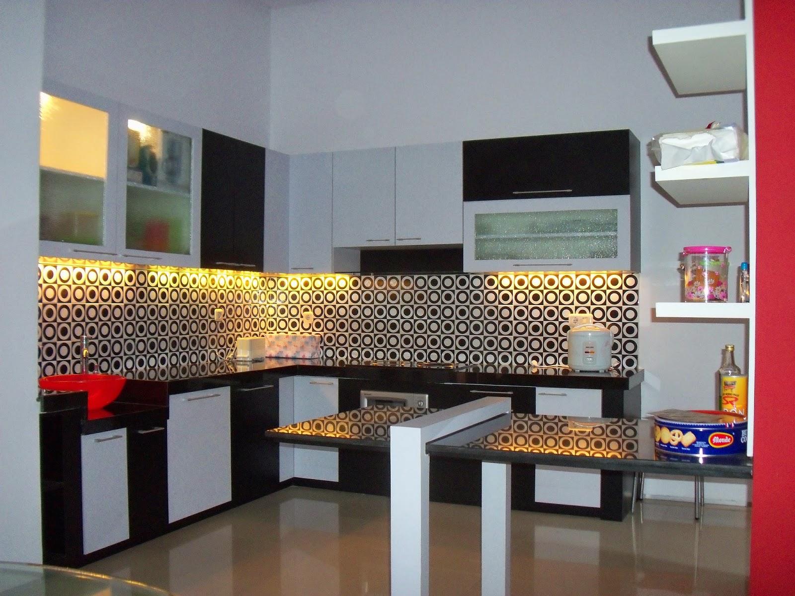 Kitchen Set Hitam Putih Memudahkan Akivitas di Dapur ...