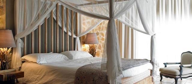 cama con dosel y mosquitera