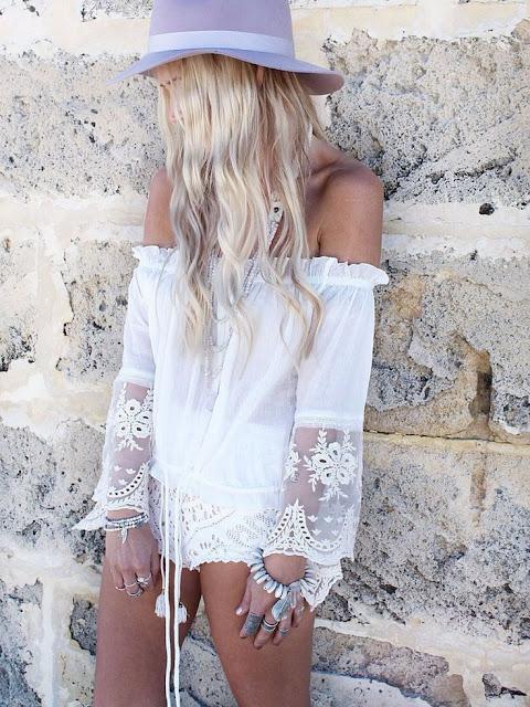 Desejo do dia - Blusa branca em renda sem ombros e chapéu lilas