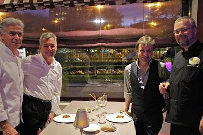 Neven Pelicaric y Pedro Larumbe con clientes en sala. Blog Esteban Capdevila