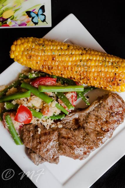 Antricot de vită cu porumb pe grill și salată de couscous