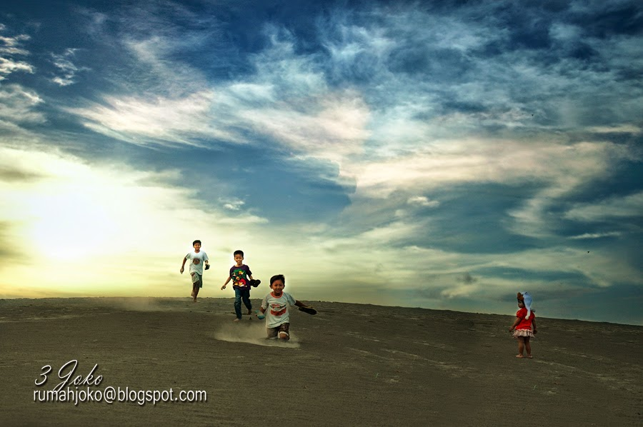 Berlarian di Gumuk Pasir