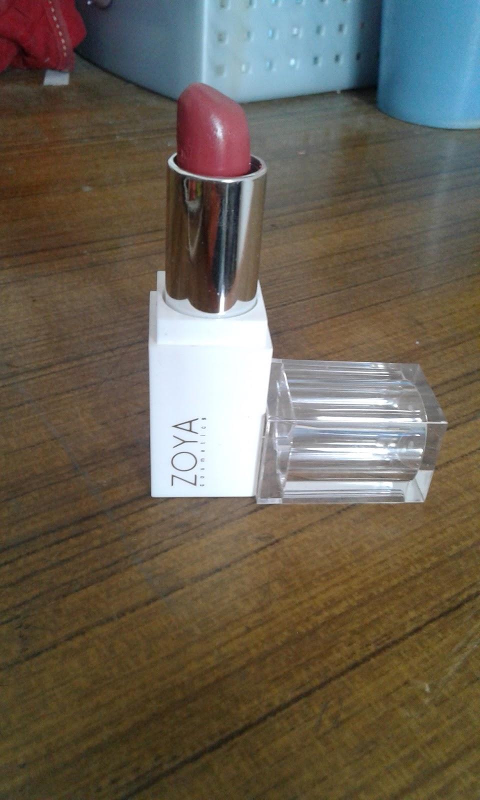 Zoya Cosmetics Ultramoisse Lip Mocca Float 03 Daftar Harga Lipstick 18 Pinnacota 321363 Apalagi Dengan Warna Putih Di Bagian Badan Wadah Juga Tutupnya Yang Transparan Makin Bikin Poin Plus