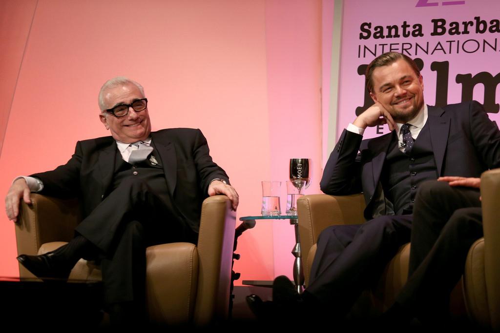 Martin Scorsese e Leonardo DiCaprio dando uma coletiva de imprensa sobre nova parceria para filme sobre serial killer