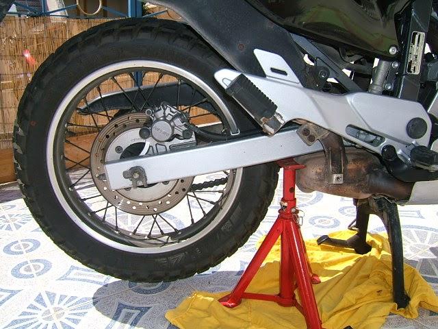 Colocamos la moto sobre el caballete
