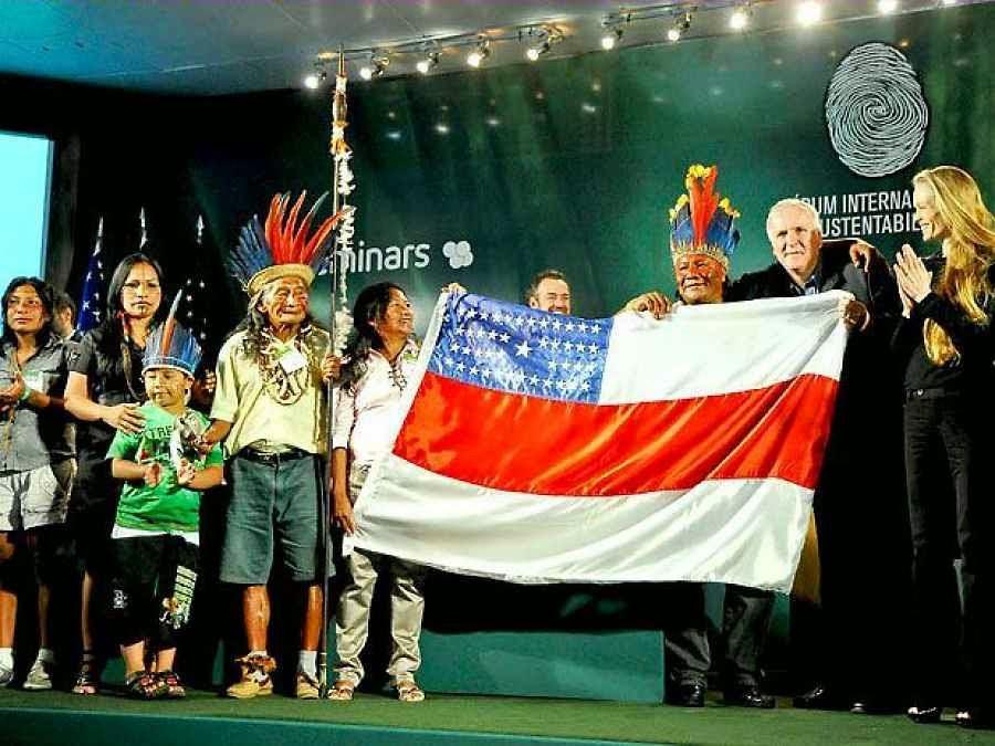O cineasta James Cameron com índios num Foro de Sustentabilidade da Amazônia, 2009.  Há tempos ONGs transnacionais planetárias querem por a mão na Amazônia.  Na foto com a bandeira do Estado de Amazonas.