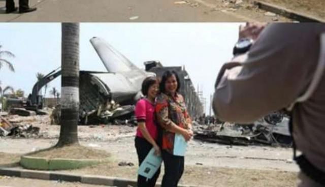 Foto Selfie di Depan Puing Pesawat Hercules Ini Dicibir di Media Sosial