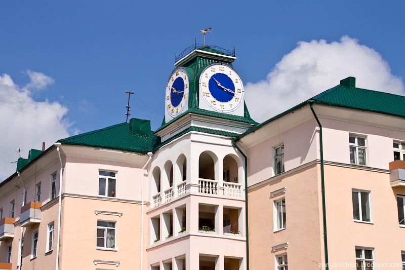 Дом с часами на Советской площади. День города в Саранске