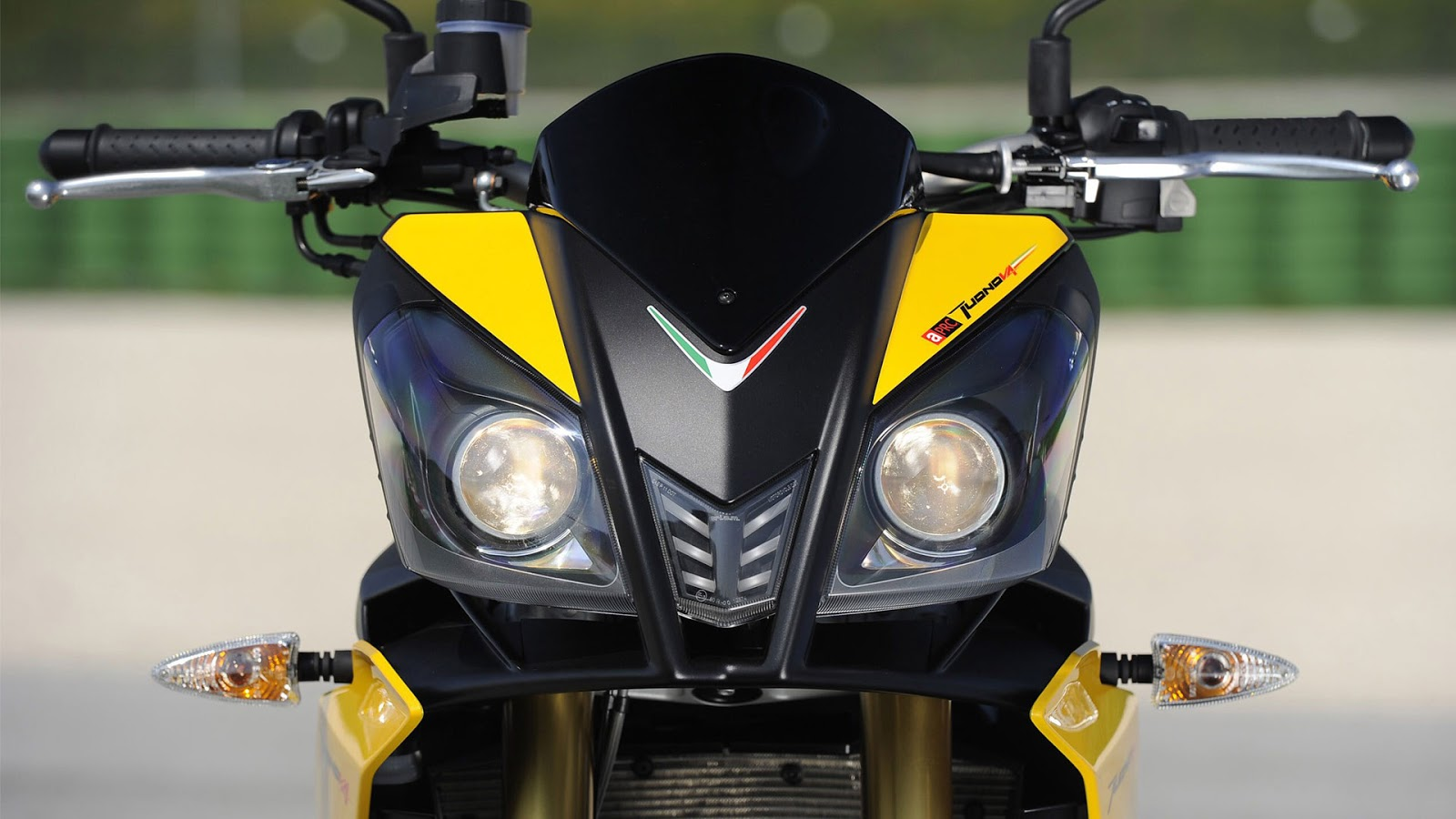 http://2.bp.blogspot.com/-gWh2zS97owE/UP6Pr2vPXrI/AAAAAAAAe5U/tWavg7RBYhU/s1600/Aprilia+Tuono+v4+Full+HD+wallpapers.jpg