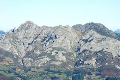 Aller, pico La Teyera, vista de Peña Mea desde la cima