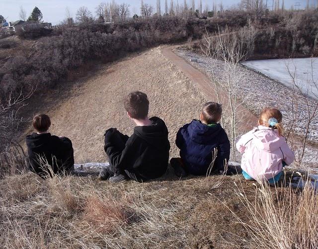 Kinder sitzen auf einem Berg