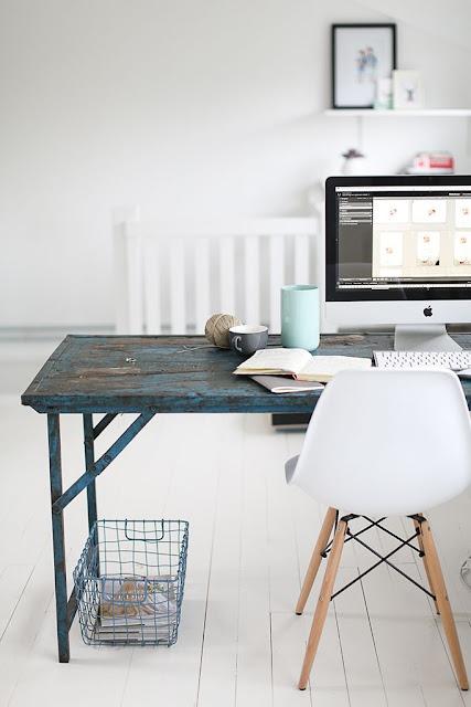 organiser son bureau à la mode feng-shui Marie Kondo ,déco rangement ranger organsier bureau workplace work space, bureau en bois chaise eames blanche