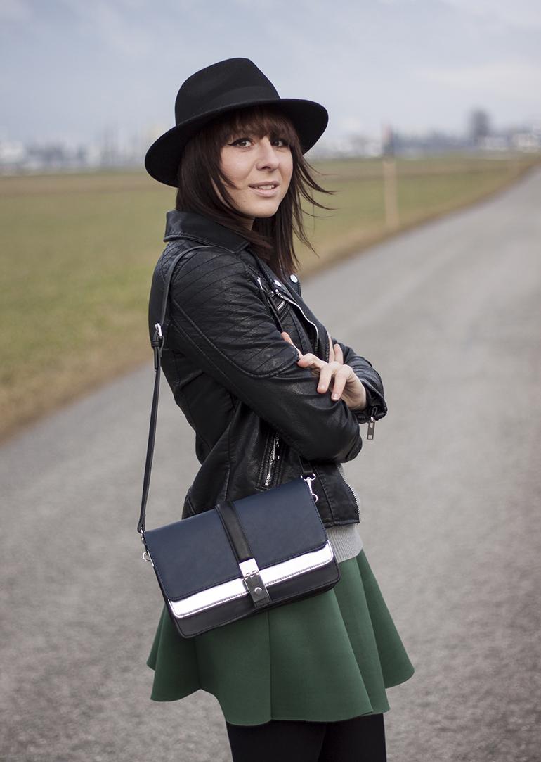 outfit-fashionblogger-whoismocca-choies-faltenrock-neoprenrock-lederjacke-zara-lackboots-chelseaboots-hut-strickpullover