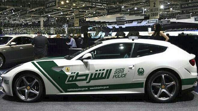 carro on Ferrari FF vira viatura em Dubai