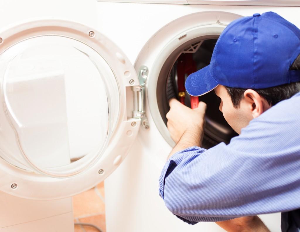Khi máy giặt đang chạy nước trào ra sàn
