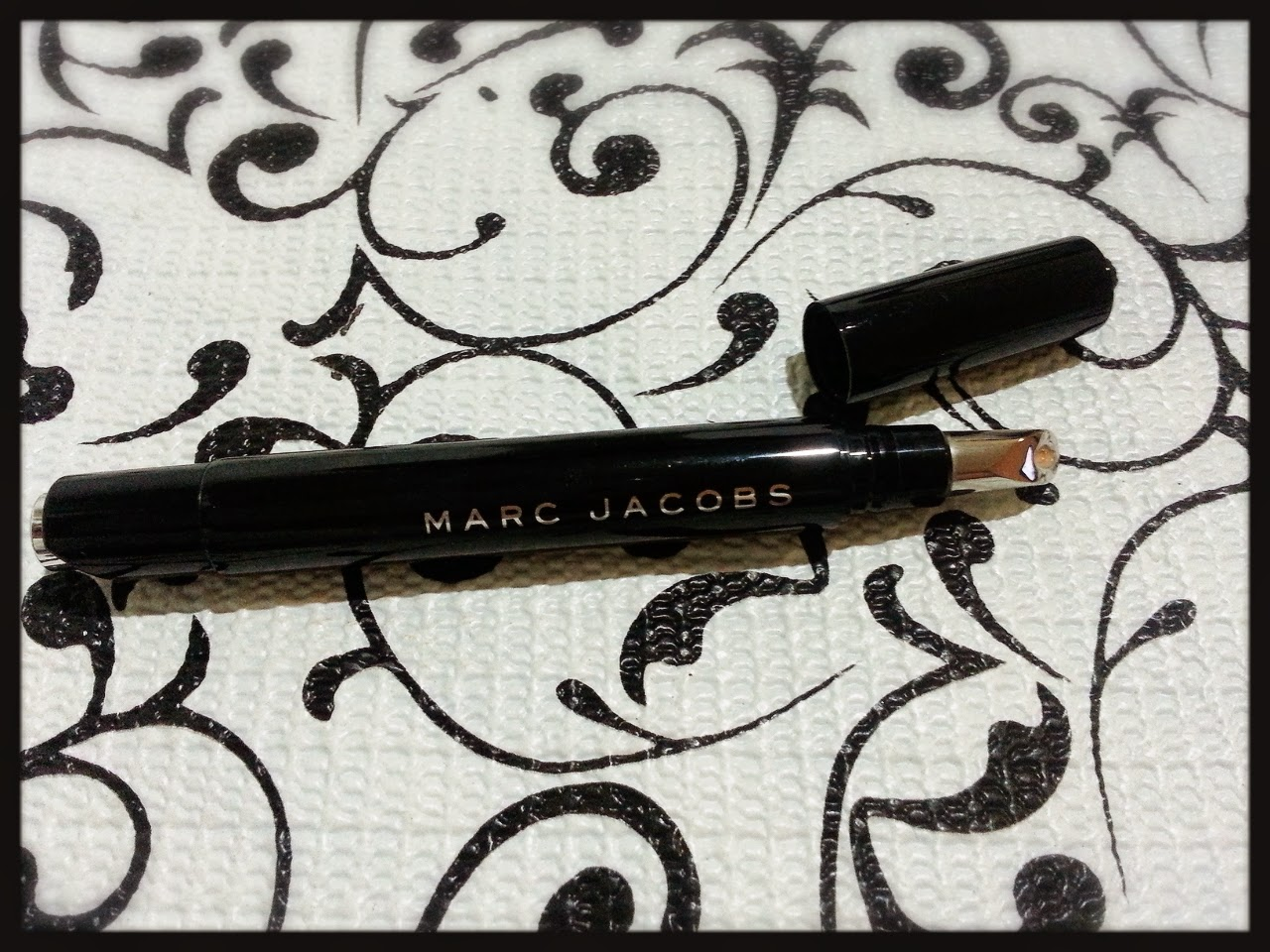 Continuando a apresentar nossos produtos do Marc Jacobs, hoje a resenha é  sobre o Remedy Concealer Pen, o corretivo iluminador, um dos favoritos do  Marc. dab50b6b35