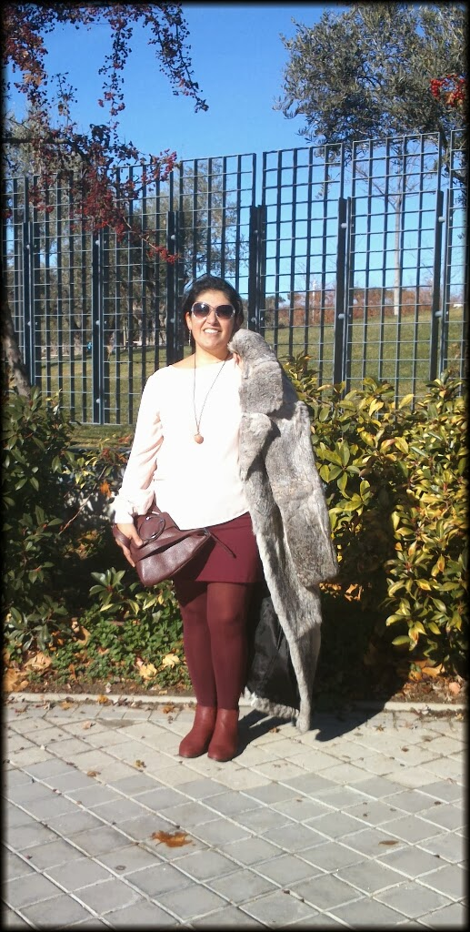 abrigo de piel de conejo con  mini falda burdeos.