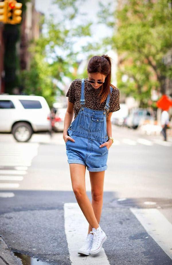 Jardineira jeans + camisa feminina de oncinha + tênis branco