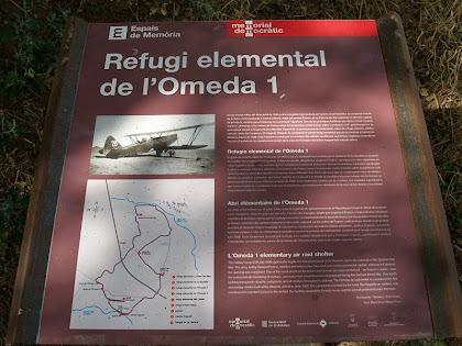 Plafó informatiu del Refugi Elemental de l'Omeda 1, al davant de la casa