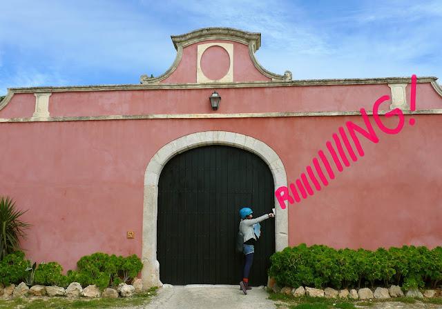 Anita Bonilla llamando a un portón