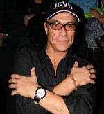 Claude Van Damme dengan gelang jenitri