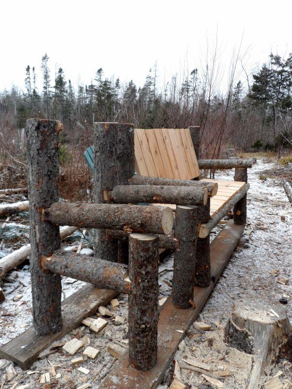 Banco construido con troncos y palets - Muebles tipo banak ...