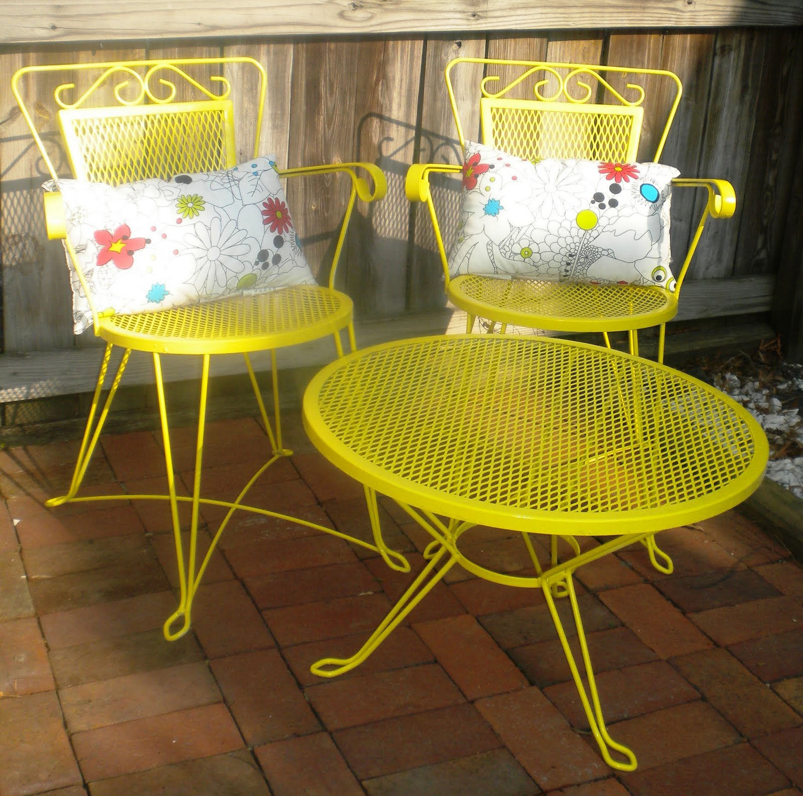 Patio furniture sets with umbrella patio design ideas for Outdoor furniture yellow