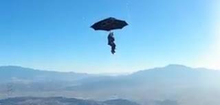 Hombre volando a lo Mary Poppins
