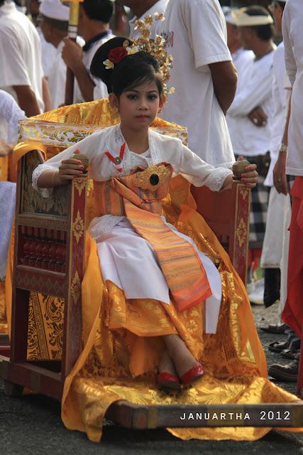"bali image : Salah satu putri dari Puri Kerambitan bersiap ditandu pada ritual ""Megayot"" sebagai bagian dari prosesi Abhiseka Ida Anglurah Kerambitan XII"