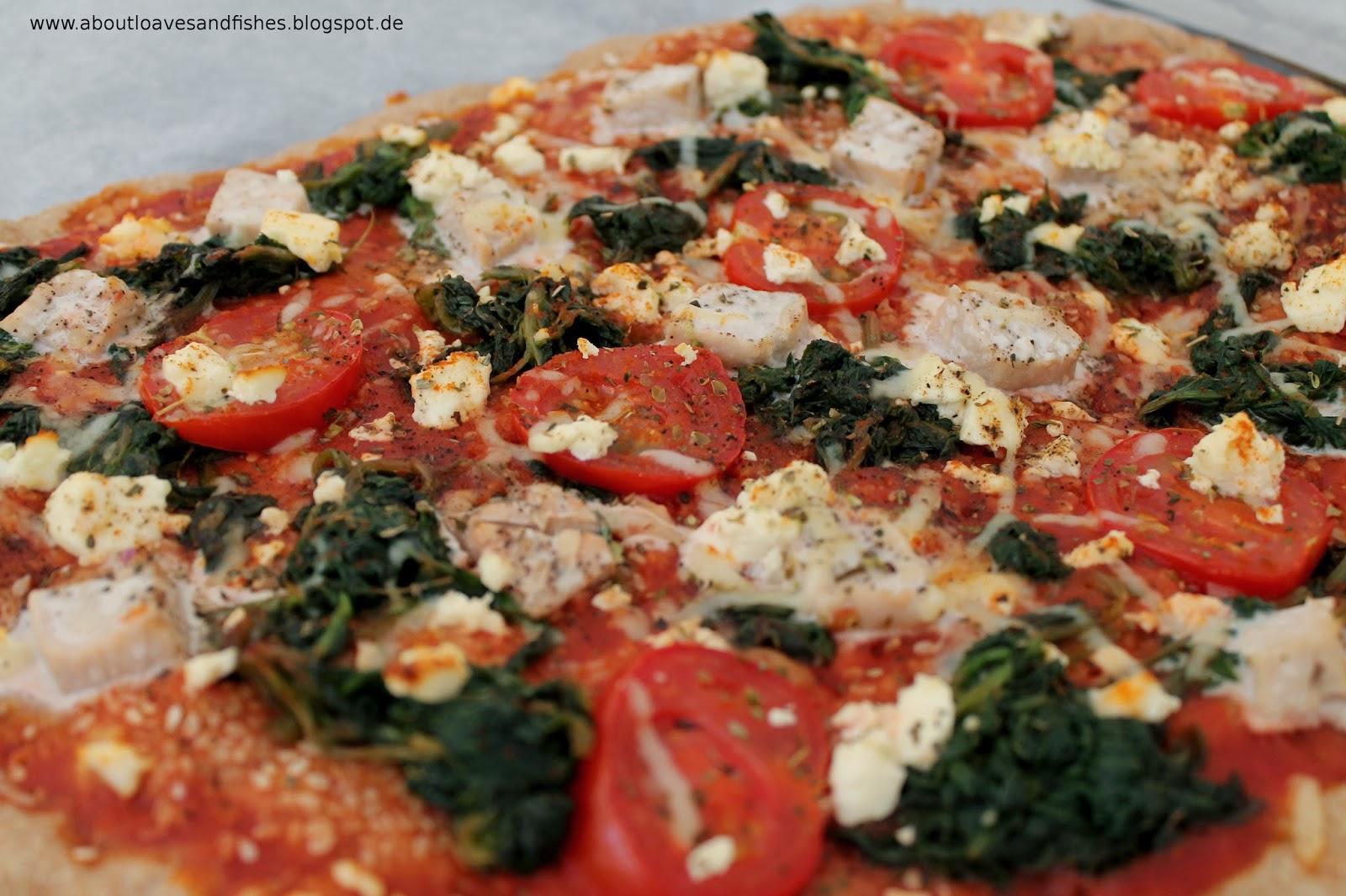 Sesampizza mit Lachs, Spinat und Feta