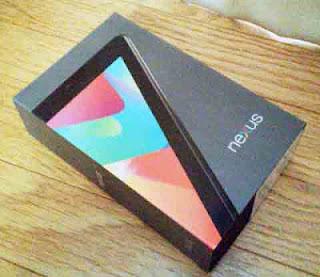 段ボールから取り出した、Nexus 7(2012)の箱 7 のデザインかっこいい!