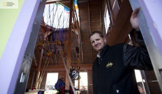 شاهدوا بالصور: ناشيونال جيوغرافيك تقوم بمحاولة ناجحة لصنع بيت البالونات الطائر 201209192025232517