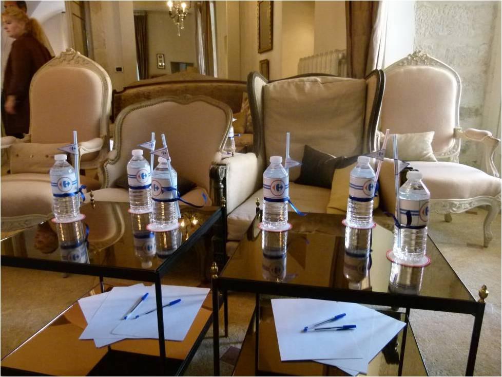 table en verre et bouteille d'eau personnalisée