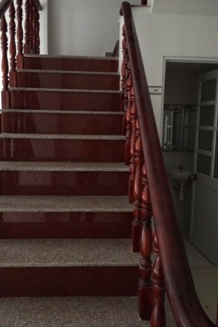 Cầu thang được làm bằng gỗ sang trọng