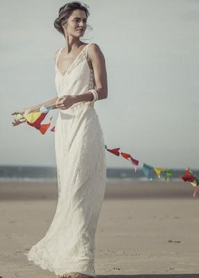 femme brune en robe de mariée laure sagazan, mariage sur la plage, romantique moderne esprit bohème,
