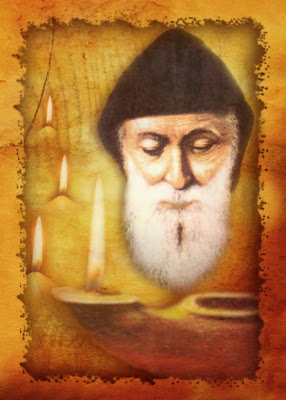 En la imagen el rostro del Maronita San Charbel alumbrado por lamparas de aceite