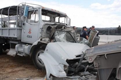 Choca camión de la Marina Armada en la Autopista