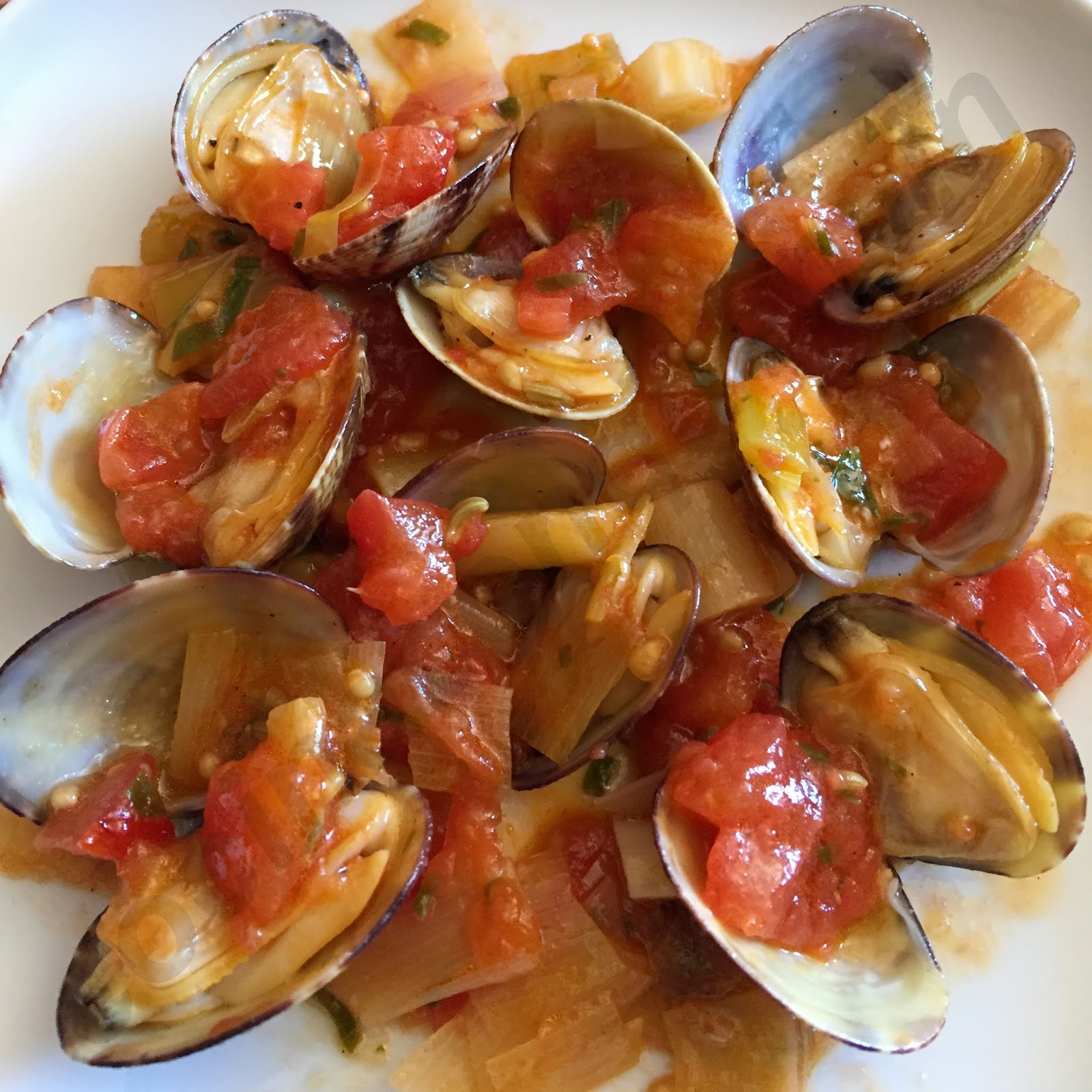 cocina con quenyin almejas con salsa de tomate y puerro