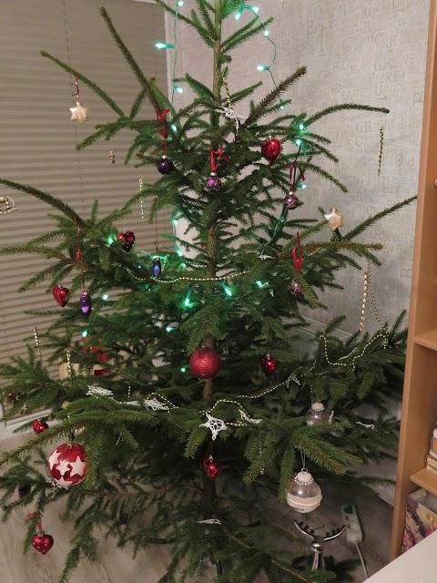 Kalėdos, eglė, darbo vieta namie ir kitą